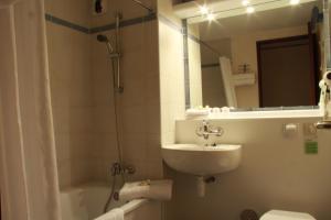 Een badkamer bij Campanile Hotel & Restaurant Zwolle