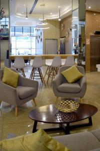 The lounge or bar area at Gran Mundo Hotel & Suites