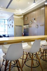 A kitchen or kitchenette at Gran Mundo Hotel & Suites