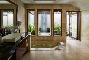 A bathroom at Kamandalu Ubud