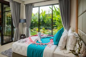 A bed or beds in a room at Layali Breeze Villa