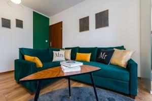 A seating area at Sleepway Apartments- Green Dream