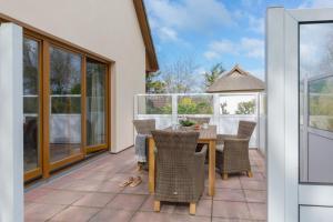 Ein Balkon oder eine Terrasse in der Unterkunft Ferienhaus Dierhagen am Deich