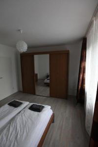 A bed or beds in a room at Helle Ferienwohnung an der Rheinpromenade 50 qm