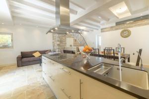 A kitchen or kitchenette at Pithari House