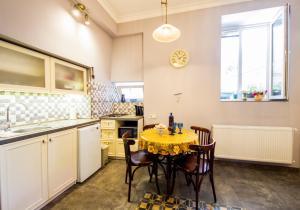 Кухня или мини-кухня в Sofia Apartment in old Tbilisi