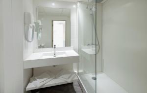A bathroom at Mercure Rouen Centre Champ de Mars