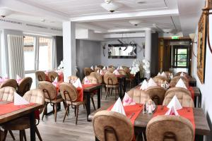 A restaurant or other place to eat at Landhaus Lengede
