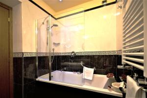 Ein Badezimmer in der Unterkunft Hotel Manfredi Suite In Rome