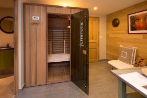 A bathroom at La Ferme de l'Oudon & SPA