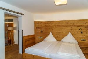 A bed or beds in a room at Landgasthof Zur Post