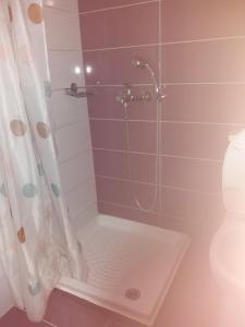 A bathroom at Manos Apartments