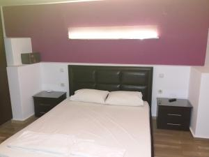 A bed or beds in a room at Manos Apartments