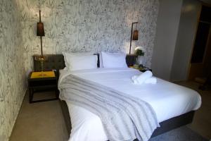 سرير أو أسرّة في غرفة في Suite Loc