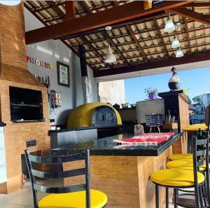 The lounge or bar area at Maravilha na serra - próximo ao centro