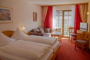 A bed or beds in a room at Hotel Pension Fleischmann