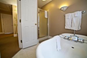 A bathroom at DeSoto Beach Bed and Breakfast