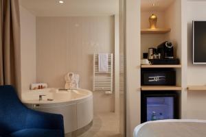 A bathroom at Villa Duflot Hôtel & Spa Perpignan