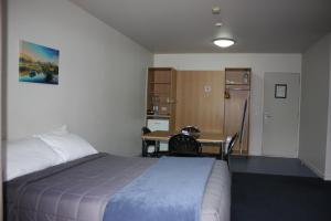 A bed or beds in a room at Queenstown Lakeview Holiday Park