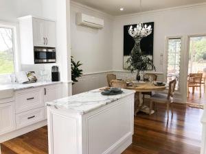 A kitchen or kitchenette at RiverRun Cottage