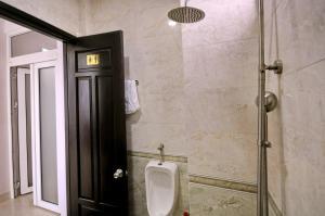 A bathroom at Happy Angel Hotel