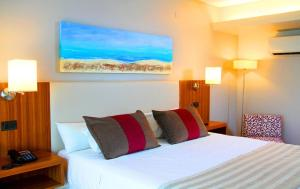 A bed or beds in a room at Hotel Bicentenario Suites & Spa