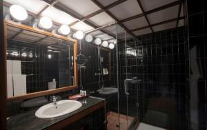 A bathroom at Cinnamon Citadel Kandy