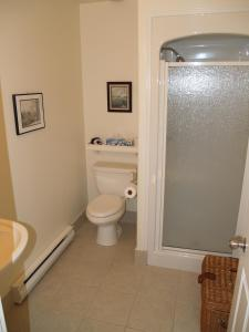 A bathroom at Bakers Chest B&B