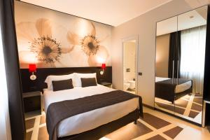 A bed or beds in a room at Hotel Manin