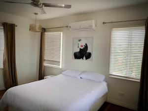 A bed or beds in a room at Holiday Rental - Huge House With Beach Views