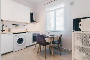 A kitchen or kitchenette at Altair apartment by People Rentals