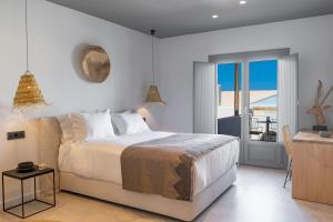 A bed or beds in a room at Lemon Suites Santorini
