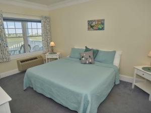 A bed or beds in a room at Atlantic Breeze Suites