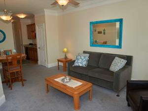 A seating area at Atlantic Breeze Suites