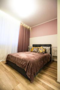 A bed or beds in a room at Модная студия с балконом в центре