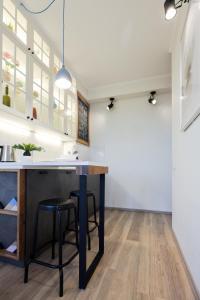 A kitchen or kitchenette at Модная студия с балконом в центре