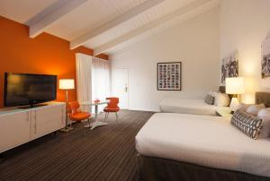 A bed or beds in a room at Inn at Venice Beach