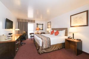A bed or beds in a room at Grand Canyon Plaza Hotel