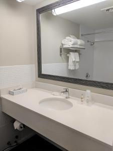 A bathroom at Lakefront Terrace Resort