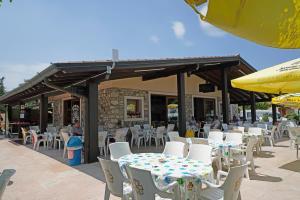 Een restaurant of ander eetgelegenheid bij Residence Villaggio Tiglio