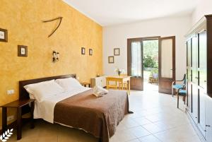 A bed or beds in a room at Case Di Latomie