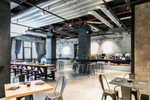 Um restaurante ou outro lugar para comer em J24 Hotel Milano