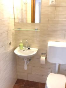 A bathroom at Süle Apartments & Rooms
