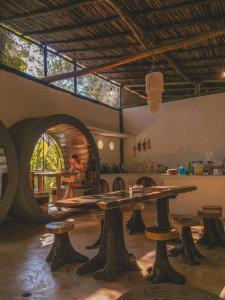 Ein Restaurant oder anderes Speiselokal in der Unterkunft Tubo Tulum Hostel