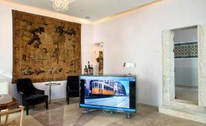 A television and/or entertainment center at Lisboa Prata Boutique Hotel