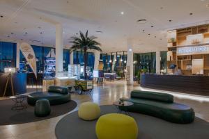 Lobby/Rezeption in der Unterkunft JUFA Hotel Hamburg HafenCity