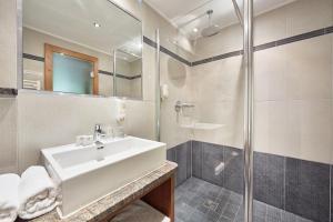 A bathroom at Hotel Kroneck
