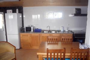 A kitchen or kitchenette at Retiro dos Cabritos