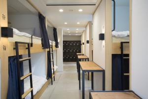 Letto o letti a castello in una camera di Piece Hostel Kyoto