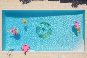 Het zwembad bij of vlak bij Hôtel Birdy by Happyculture